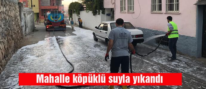 Mahalle köpüklü suyla yıkandı