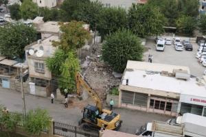 Yeni otopark için yıkıma başlandı