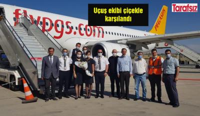 Uçuş ekibi çiçekle karşılandı